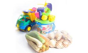 Zapakowane zabawki oraz warzywa w siatce