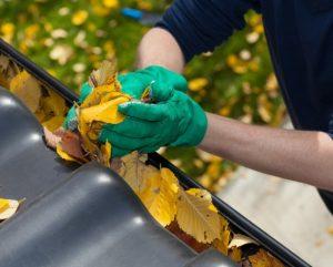 czyszczenie rynny z liści