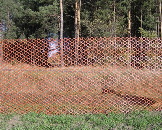 Siatka przeciwśnieżna przy lesie